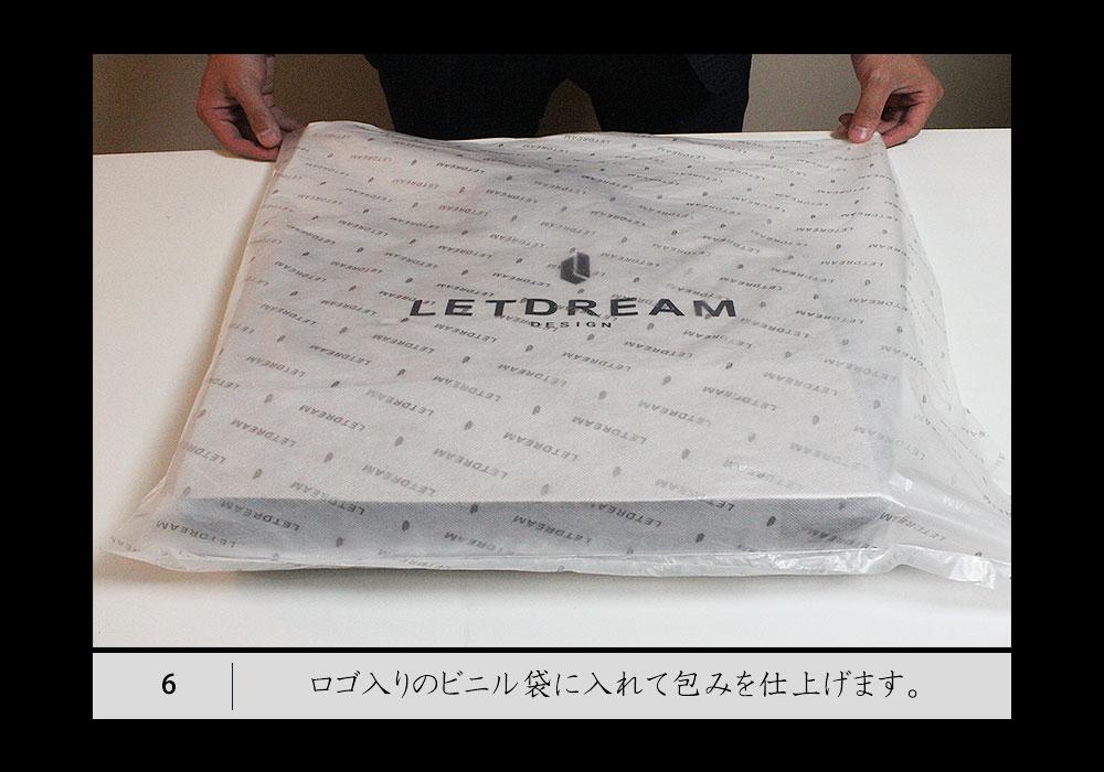 6.ロゴ入りのビニール袋に入れて包みを仕上げます。